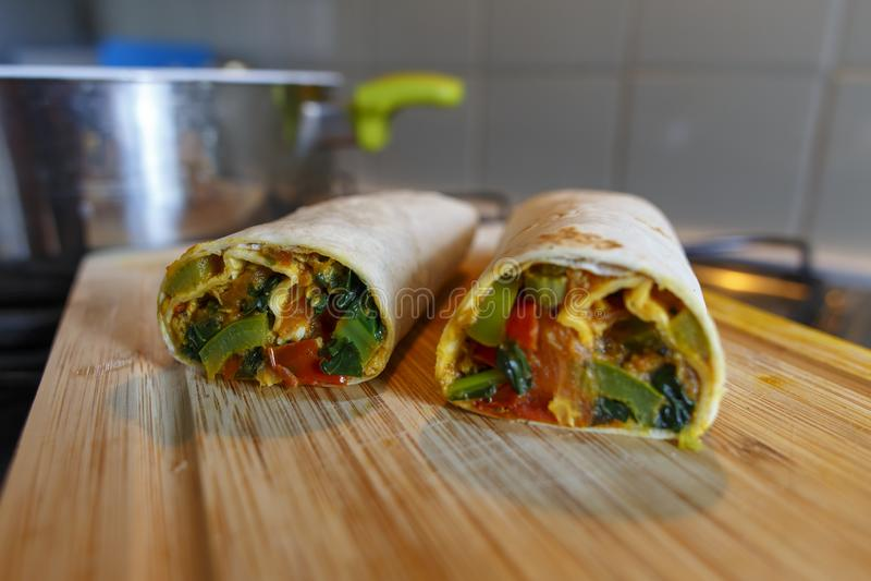 Fraîchement enveloppe faite maison saine de Burrito avec les légumes frais photographie stock libre de droits
