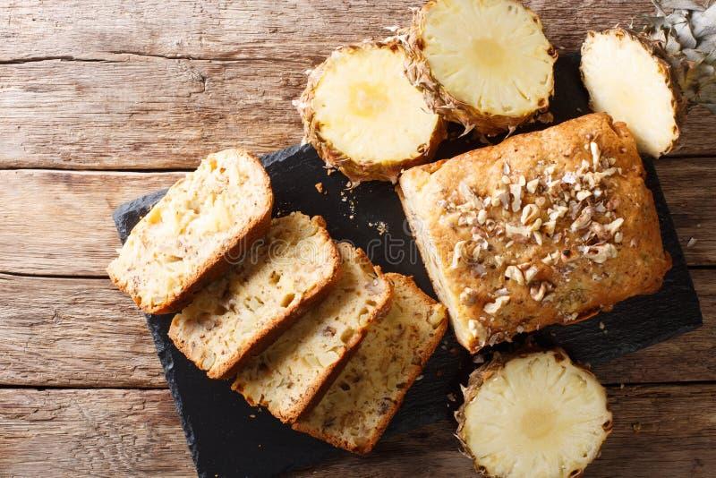 A fraîchement fait des petits pains cuire au four de pain de fruit avec les ananas frais, noix photo stock