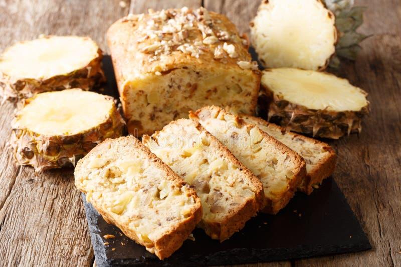A fraîchement fait des petits pains cuire au four de pain de fruit avec les ananas frais, noix photographie stock