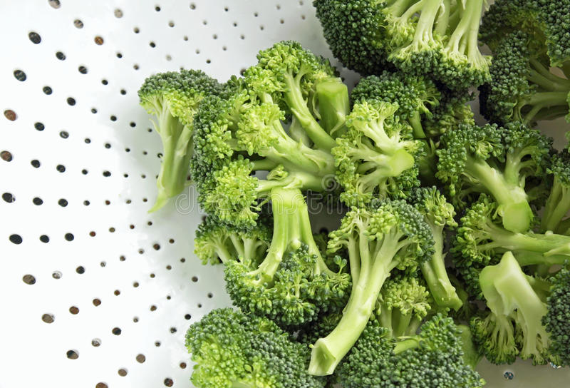 Fraîchement lavé et de coupe brocoli dans la passoire blanche - tout préparée image libre de droits