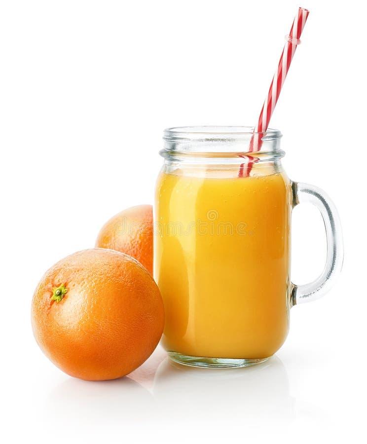 A fraîchement serré le jus d'orange dans le pot de maçon en verre image libre de droits
