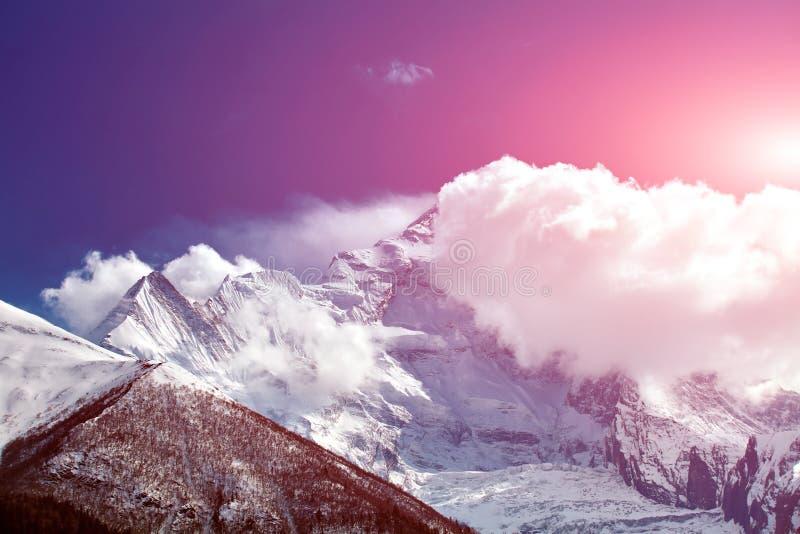 Download Fra la nube fotografia stock. Immagine di paesaggio, ghiaccio - 56881606