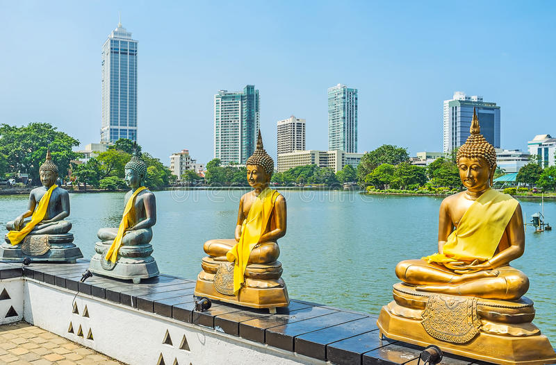 Fra le statue di Bddha di Seema Malaka a Colombo immagini stock