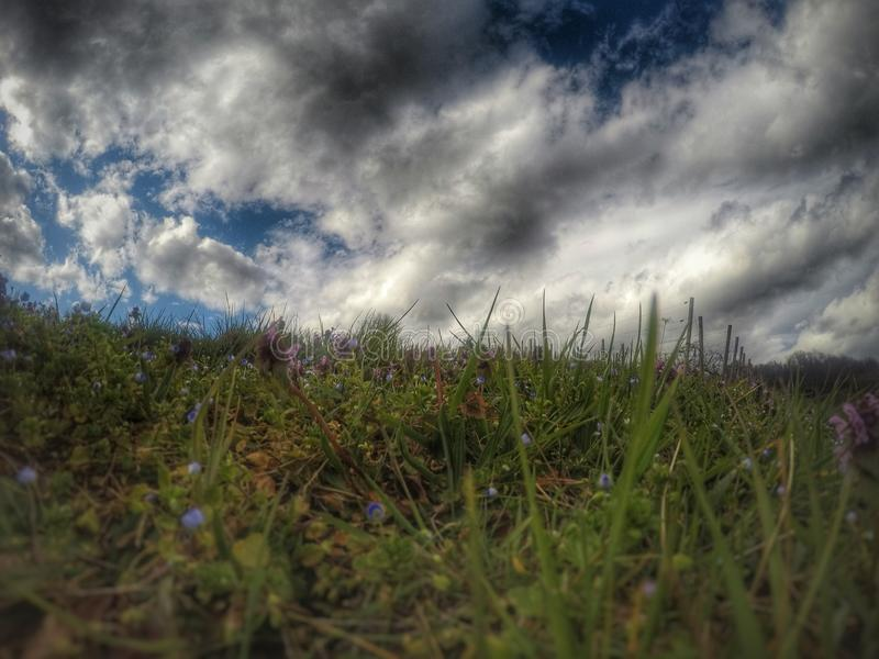 Fra terra ed il cielo fotografia stock libera da diritti