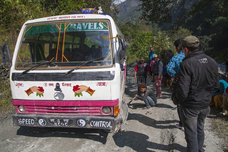 Fracaso del autobús en un camino desigual nepalés imagen de archivo libre de regalías