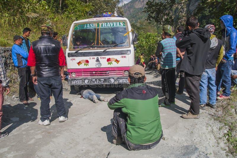 Fracaso del autobús en un camino desigual nepalés foto de archivo libre de regalías