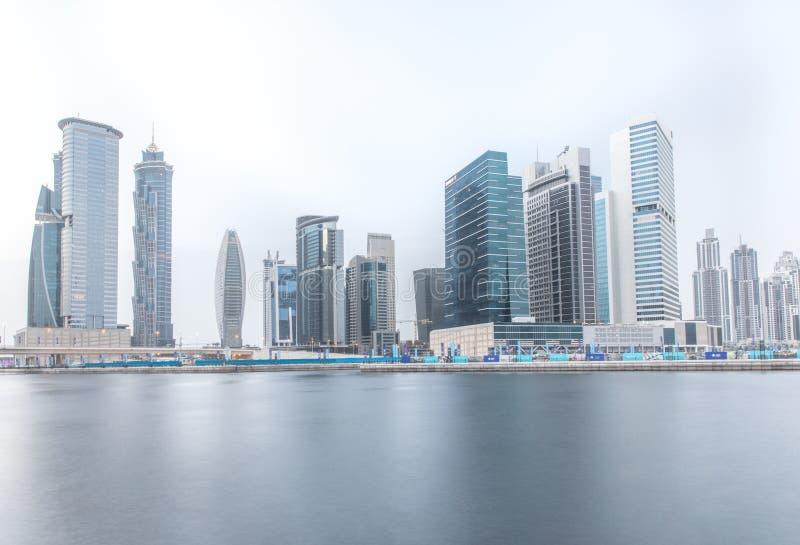 Fracción del horizonte del distrito de la bahía del negocio de Dubai en un día nublado Dubai, UAE foto de archivo