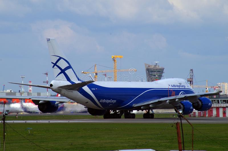 Fracht-Flugzeuglandung in sheremetevo Flughafen stockfotografie