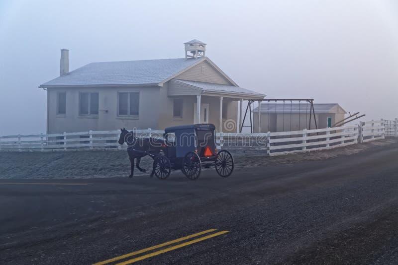 Fracht i koń Przechodzimy Amish szkoły dom zdjęcie royalty free