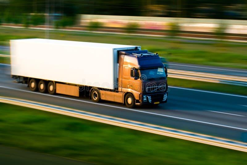 Fracht-LKW auf Autobahn lizenzfreies stockbild