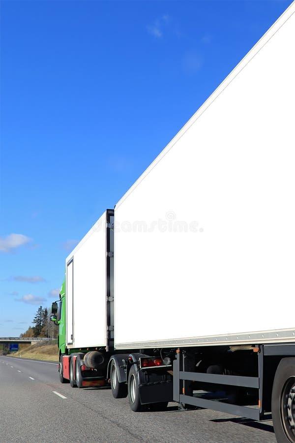 Fracht-LKW mit weißen Anhängern auf Autobahn lizenzfreie stockfotografie