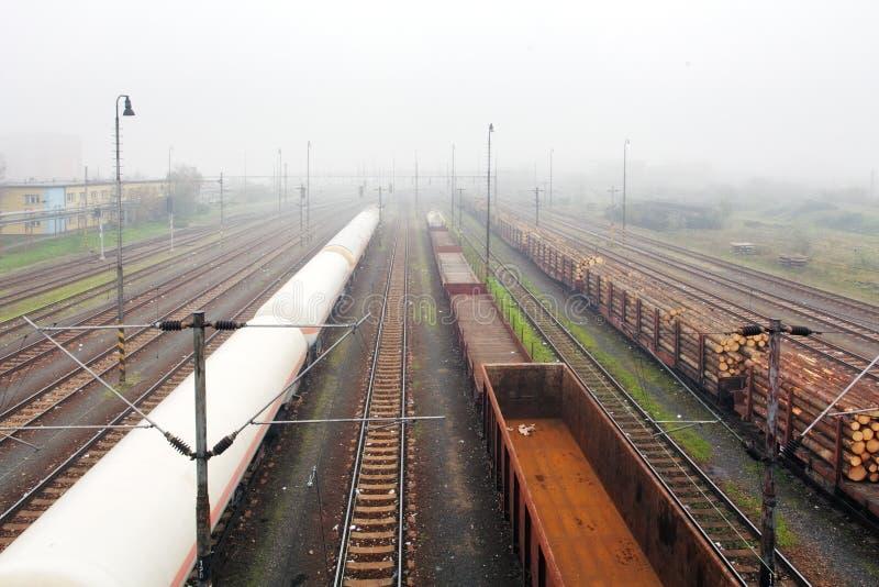 Fracht-Station mit Serien - Ladungtransport stockbilder