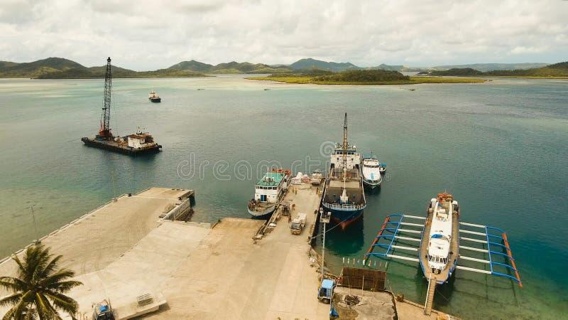 Fracht und Passagier fahren Hafen in der Dapa-Stadtvogelperspektive durch Siargao-Insel, Philippinen lizenzfreies stockfoto
