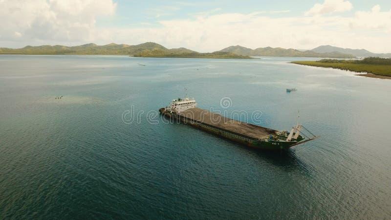 Fracht und Passagier fahren Hafen in der Dapa-Stadtvogelperspektive durch Siargao-Insel, Philippinen lizenzfreie stockbilder