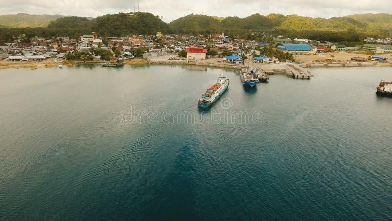 Fracht und Passagier fahren Hafen in der Dapa-Stadtvogelperspektive durch Siargao-Insel, Philippinen lizenzfreie stockfotos