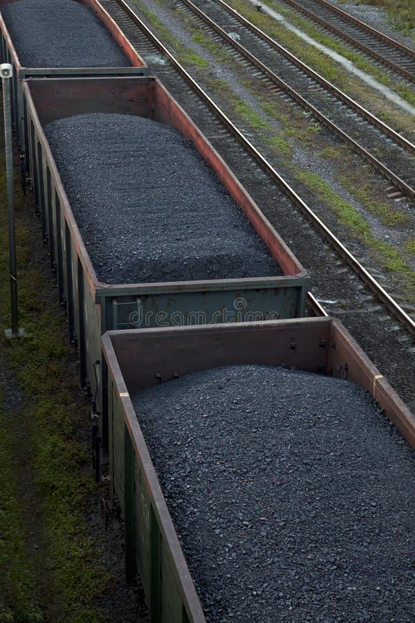 Frachtautos, die Kohle transportieren stockfotos