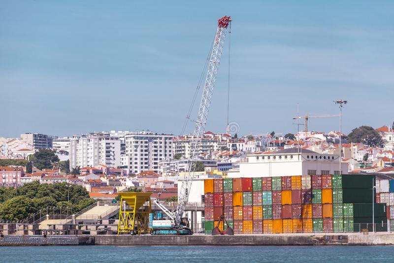 Frachtbehälter im Hafen Marinekran hebt den Frachtbehälter an Import-export Transport, Logistikgeschäft, Gewohnheiten lizenzfreies stockfoto