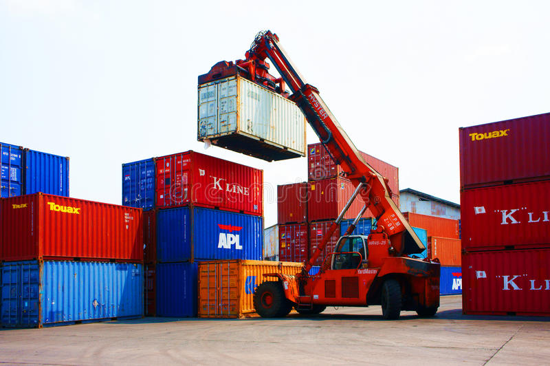 Frachtbehälter, Vietnam-Güterbahnhof stockbilder