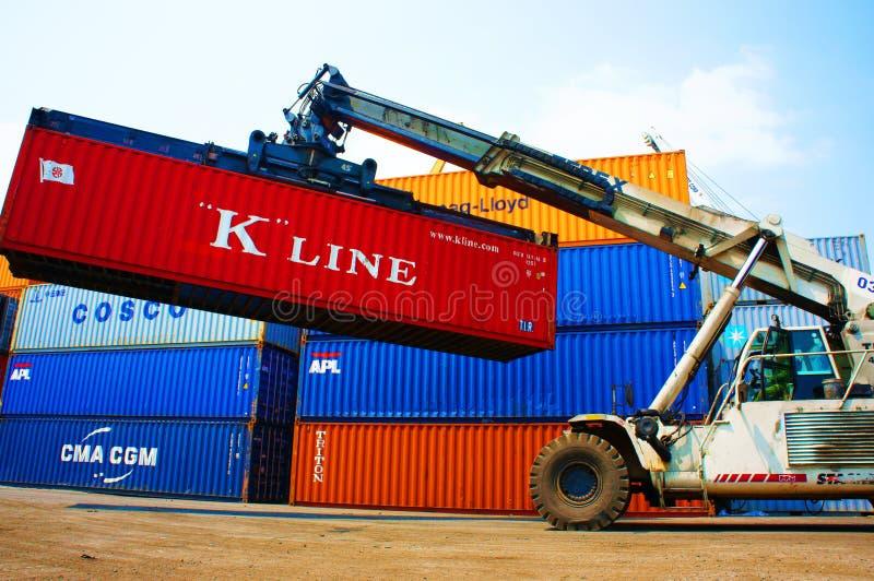 Frachtbehälter an Vietnam-Güterbahnhof stockfoto