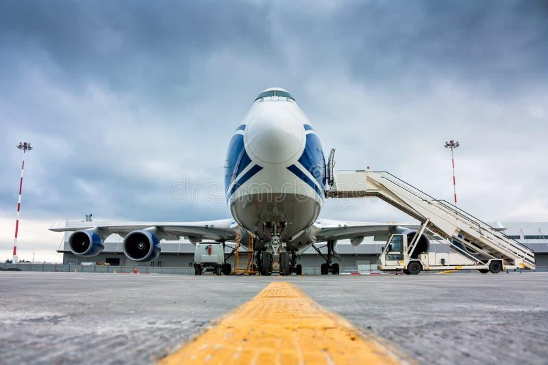 Frachtbreitkörperflugzeug und Flugzeugpassagierlader stockfotografie