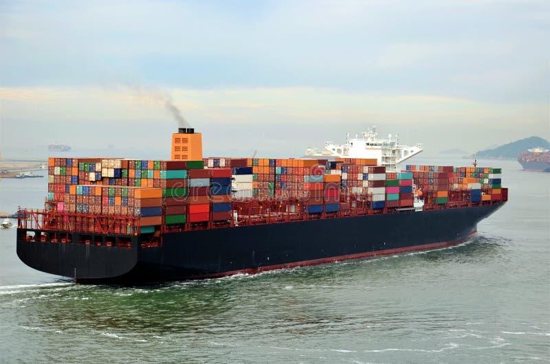 Frachtcontainerschiff, das vom Hafen von Busan, Südkorea abreist lizenzfreies stockbild