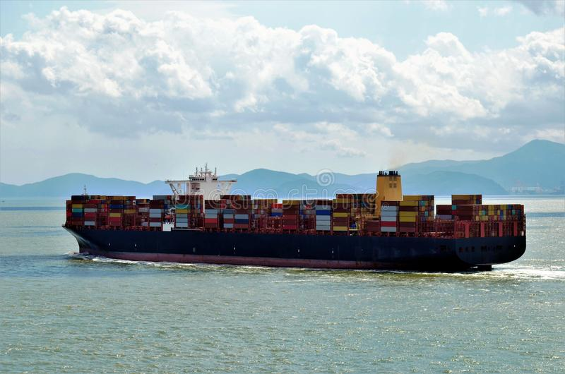 Frachtcontainerschiffsegeln nahe chinesischer Küste stockfotografie