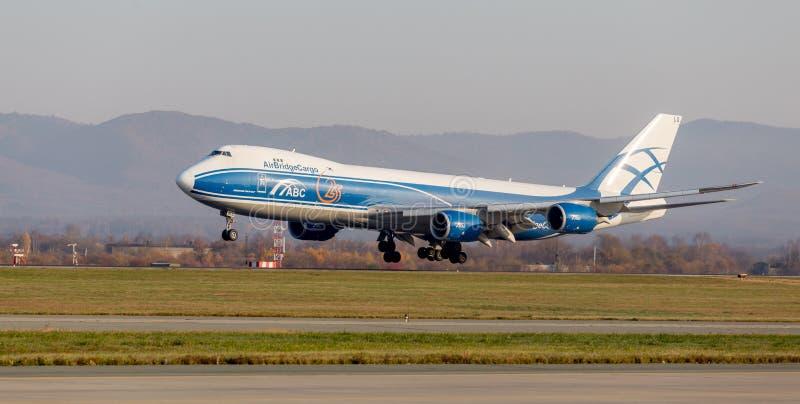 FrachtDüsenflugzeug Boeing 747-BF von AirBridgeCargo-Fluglinien landet Flugzeugrumpf Luftfahrt und Transport stockfotos