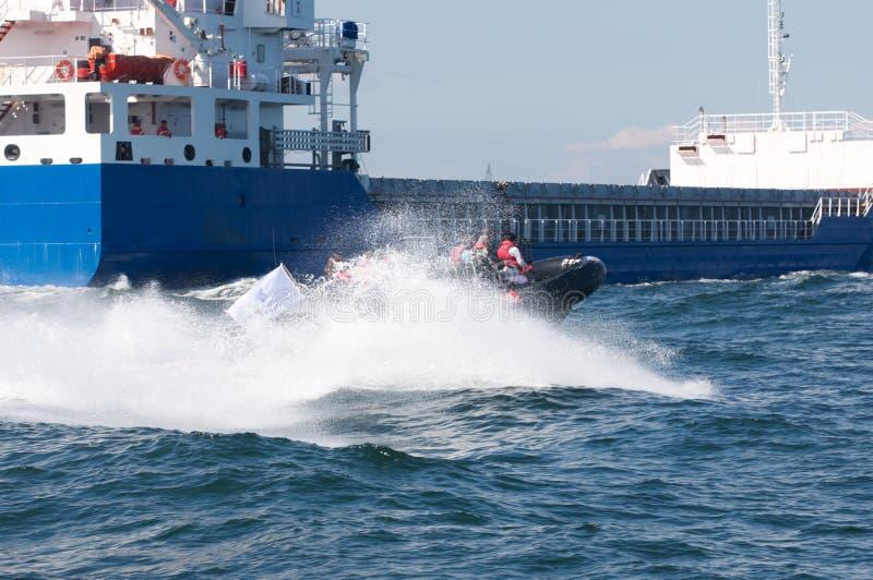 Frachter und RIPPE-Boot stockfotografie