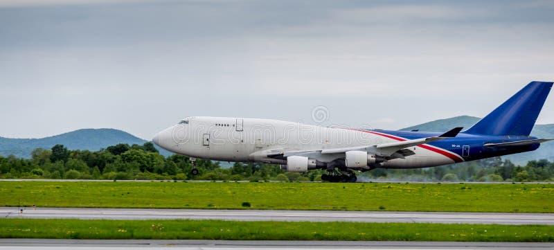Frachtflugzeug Boeing 747-412 der Aerotrans-Frachtfirma landet Rauch von unterhalb der Fahrgestelle hinter den Flugzeugen stockbild