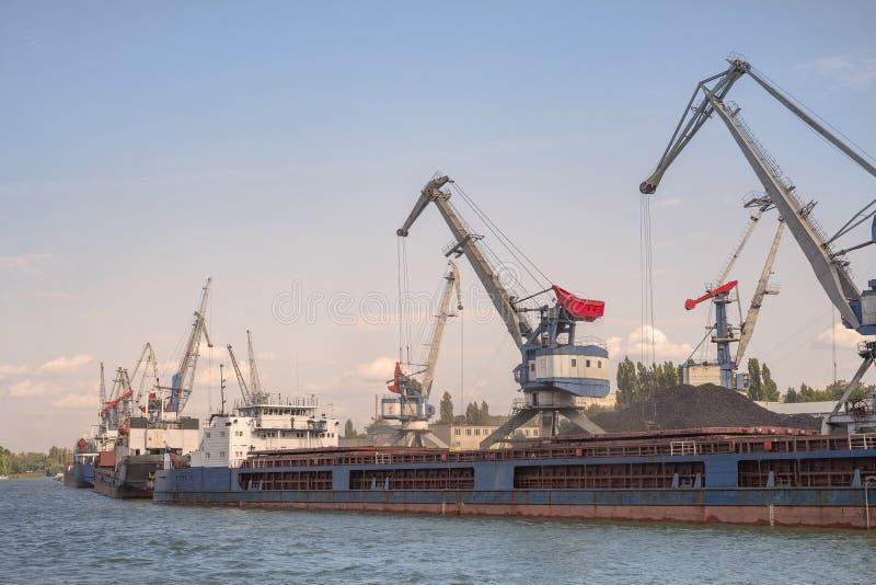 Frachthafen, Lastkähne sind für ladende Kohle Portalkräne, die Reihe des Schiffs für das Laden stockbild