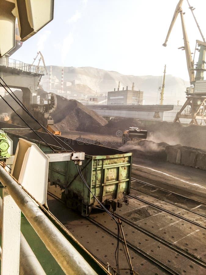 Frachtindustriehafen, Hafenkräne Laden des Anthrazits Transport der Kohle Haufen der Kohle lizenzfreie stockfotografie