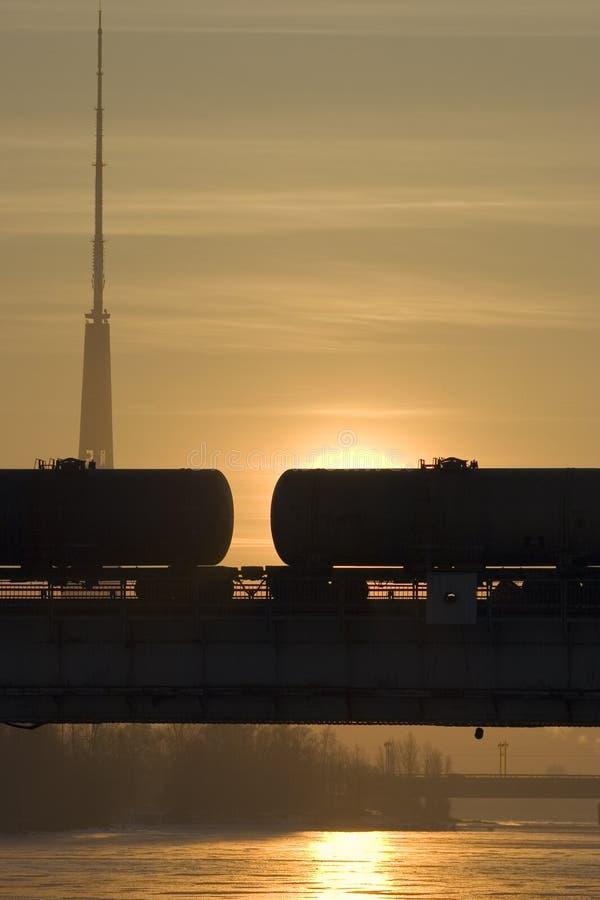 Frachtlastwagen auf einer Brücke lizenzfreies stockfoto