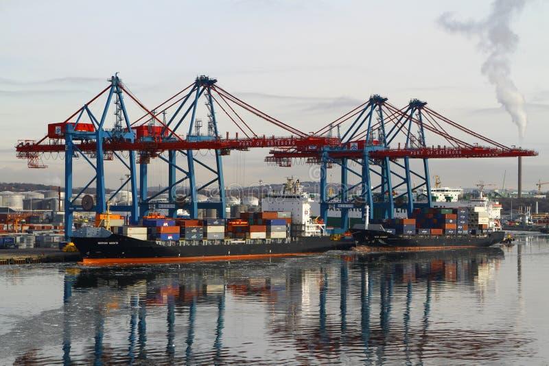 Frachtoperationen auf einem Containerschiff stockbilder