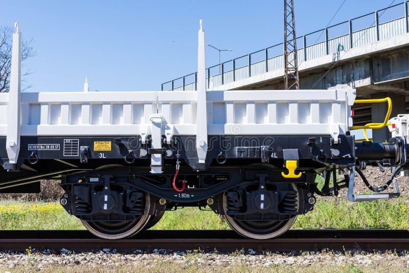 Frachtowy ładunku pociąg - 4axled płaskiego furgonu biały typ: Burgas Bułgaria, Marzec - 20, 2017 -Rens model: 192, b - Transvago zdjęcie stock