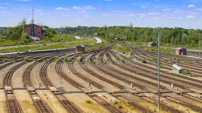 Frachtowy kolejowy jard z dużo i operacji wieżą kontrolną tropi obraz royalty free