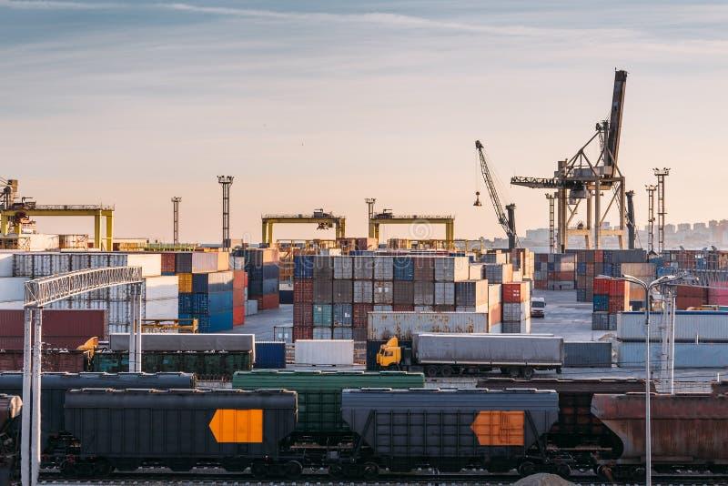 Frachtowy transportu port morski dla importa i eksporta towarów w ładunków zbiornikach z żurawiami, przemysłowego biznesu wysyłka zdjęcia stock