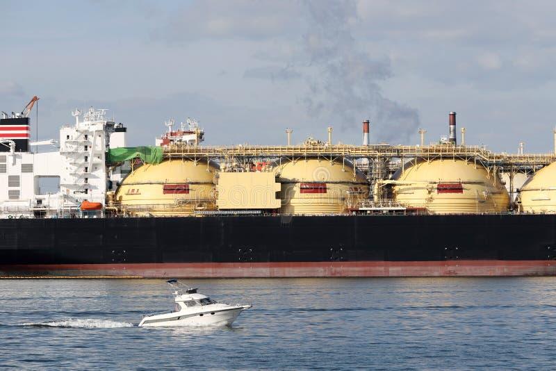 Frachtschiff angekoppelt im Hafen stockfotografie