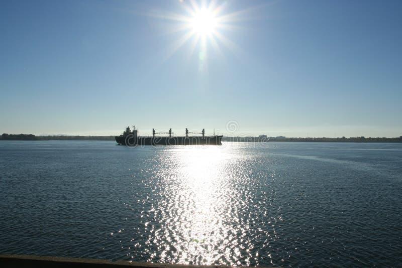 Frachtschiff auf dem Str.-Lawrence Fluss lizenzfreies stockbild