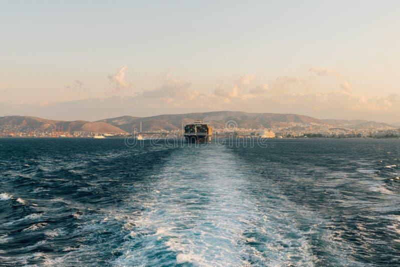 Frachtschiff, das den Hafen verlässt lizenzfreies stockfoto