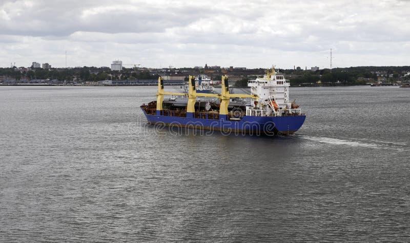Frachtschiff, das den Kiel-Hafen verlässt stockfotos