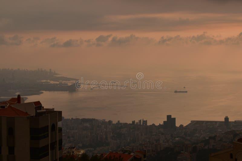 Frachtschiff, das wartet, um an Beirut-Hafen anzukoppeln lizenzfreie stockfotografie