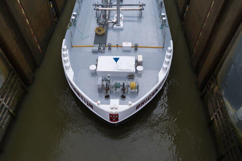 Frachtschiff in der Schleuse lizenzfreies stockbild