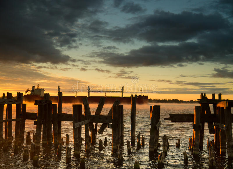 Frachtschiff-Frachter-Sonnenaufgang-Sonnenuntergang II lizenzfreies stockbild