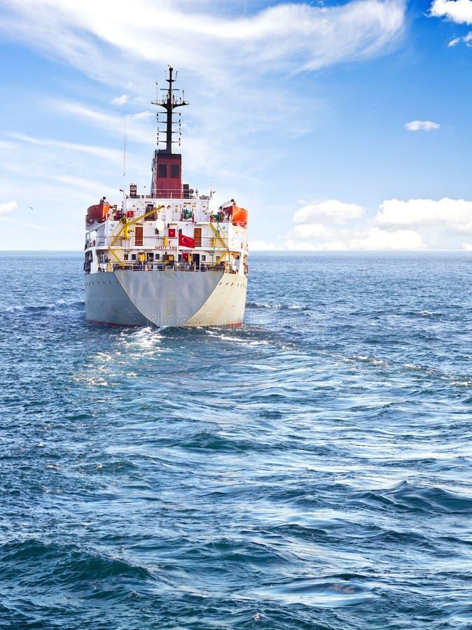 Frachtschiff in hoher See stockbild