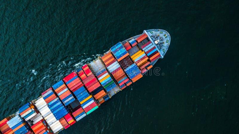 Frachtschiff im Import-export und in Geschäft logistisch, logistisch und lizenzfreies stockbild