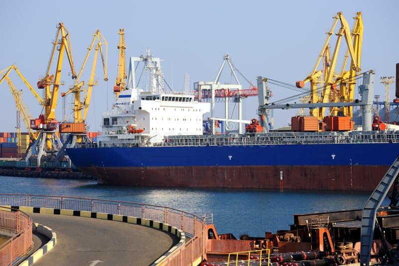 Frachtschiff im Kanal lizenzfreies stockbild