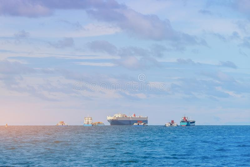 Frachtschiff im Meer stockfotos