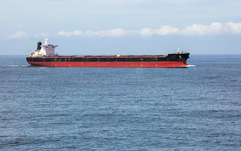 Frachtschiff im Meer lizenzfreie stockfotografie