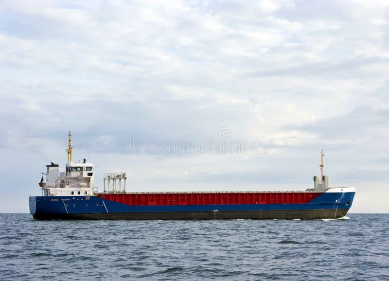 Frachtschiff in Meer lizenzfreies stockfoto