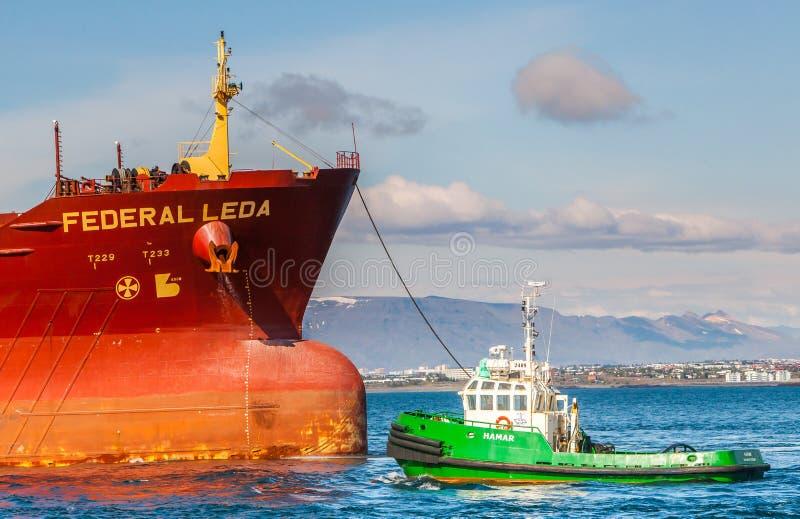 Frachtschiff mit Schlepper stockfoto